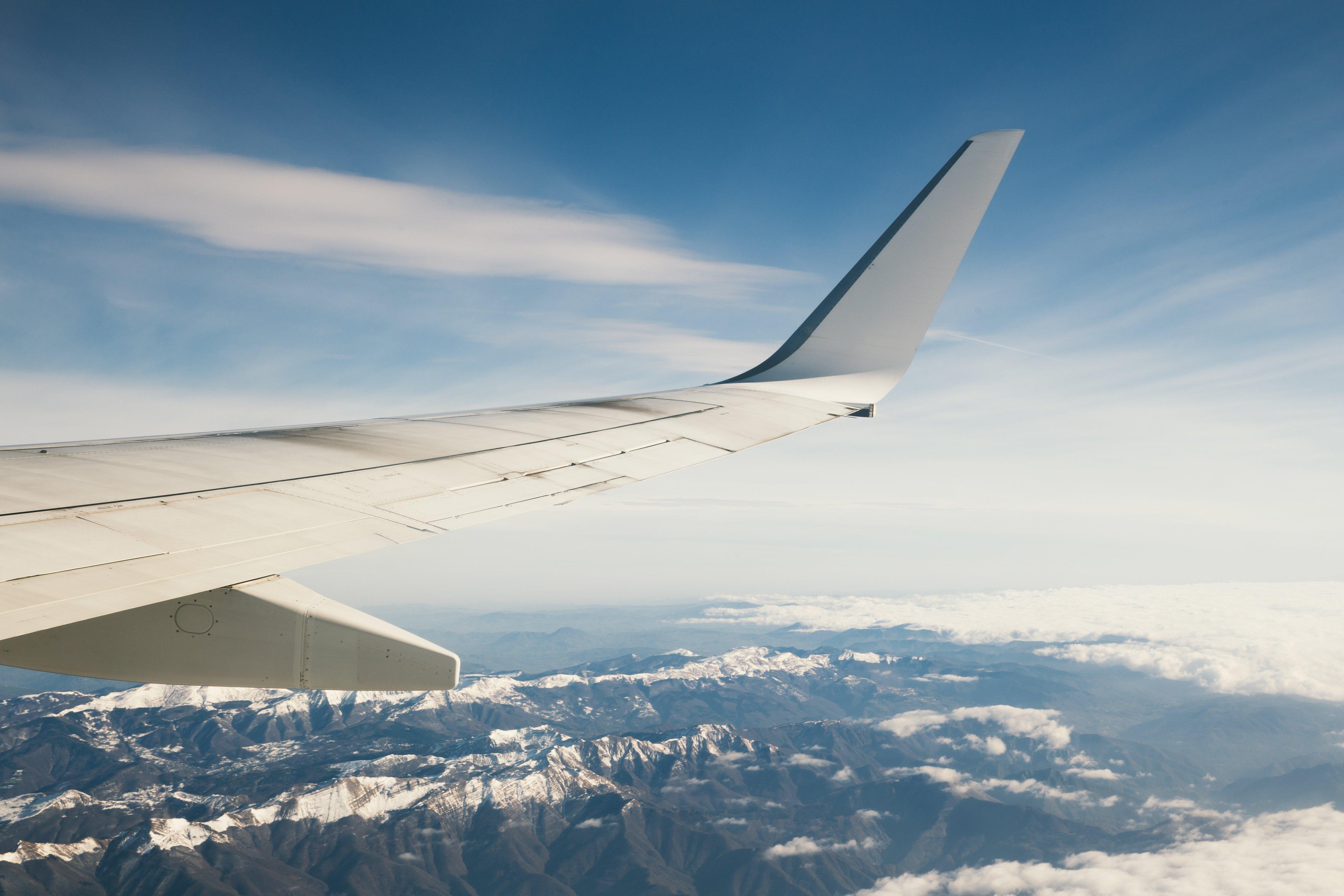 Aile d'avion sur montagnes