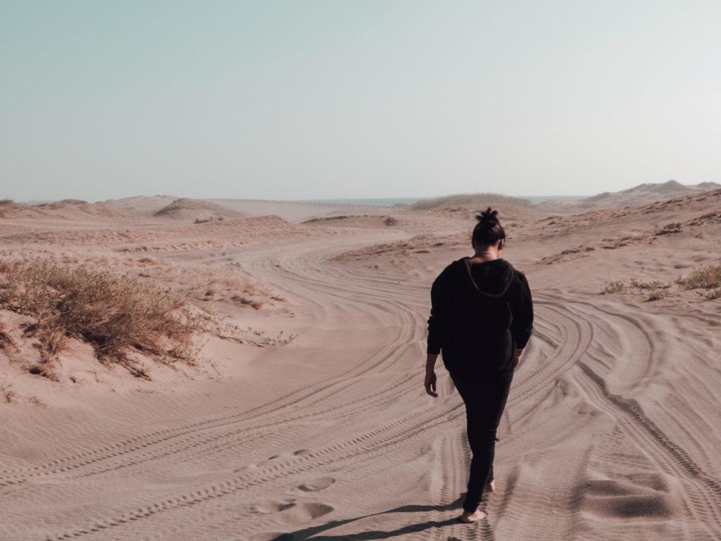 Mujer caminando / créditos : Dustin Dagamac on Unplash
