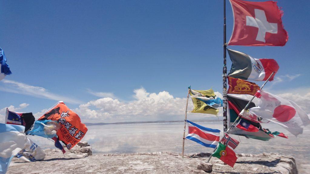 Drapeaux du monde entier dans le désert de sel (salar) d'Uyuni, Bolivie