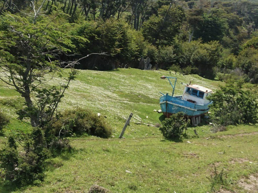 Bateau isolé sur terre, Puerto Williams, Ile Navarino, Chili