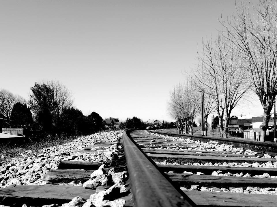 Rails de chemin de fer en noir et blanc, Llanquihue, Chili