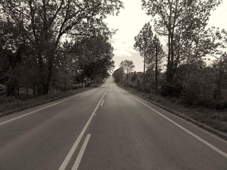 Route en noir et blanc