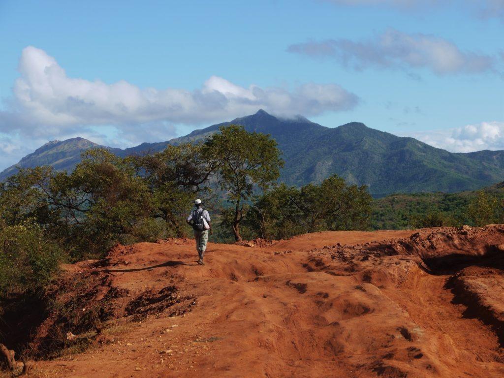 Marcher sur la terre ocre de Madagascar. Daraina, SAVA,, Madagascar